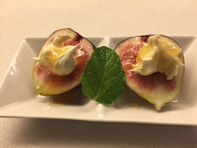 Fresh figs with mascarpone & a drizzle of honey with fresh mint